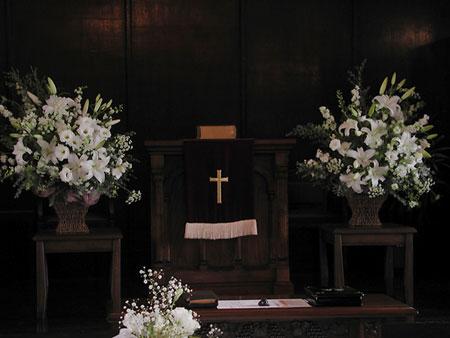 高輪教会 装花1 *ヴァージンロード厳かな空気と祭壇の花_a0115684_2062383.jpg