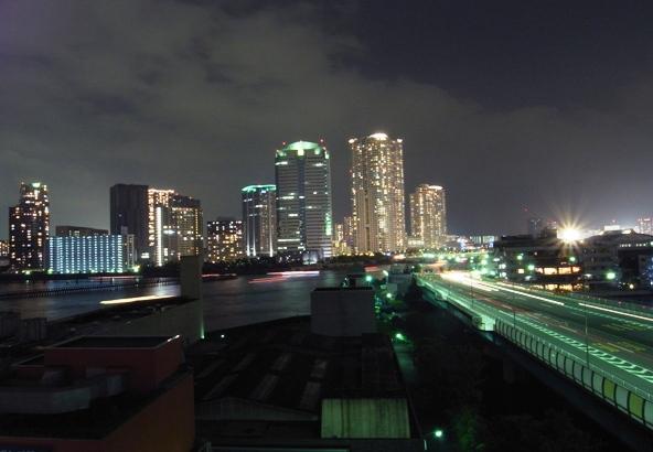 真夏、まばゆい都会の夜。残暑お見舞い申し上げます。素敵な夏休みを : )... 夜の屋上から