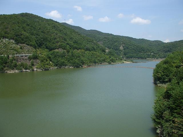 ダムに隣接している石彫公園には古代からのメッセージをイメージして作られた... 八塔寺川ダム&日