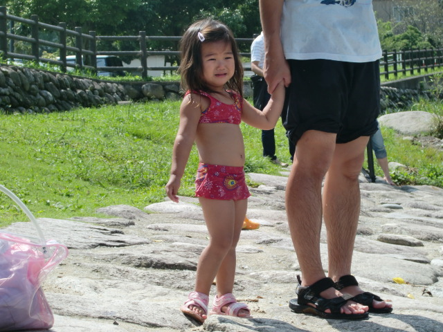 今日は水量が多いためか、ちょっと怖がる娘。なかなか水に入らず・・・、入っ... 中ノ島公園で水遊