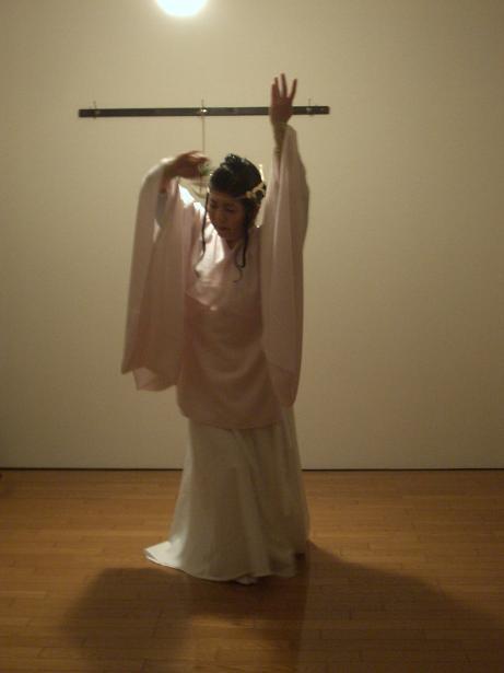新月の巫女舞_a0124588_2011278.jpg