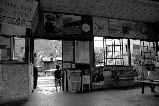 駅舎と駅員と蒸気機関車_c0173762_2055870.jpg