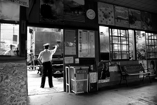 駅舎と駅員と蒸気機関車_c0173762_2062092.jpg