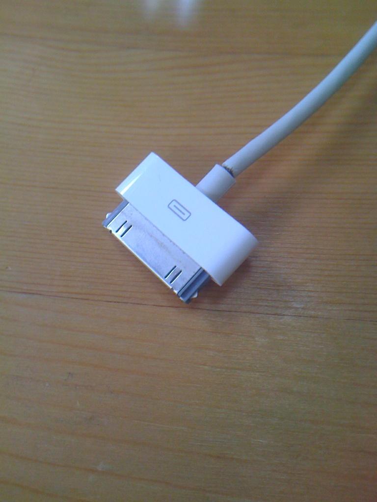 断線したiPhone充電ケーブル