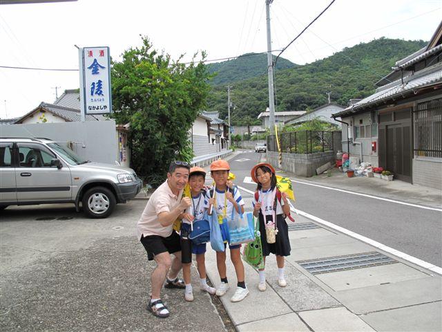 Kids on their way home_c0157558_1404274.jpg