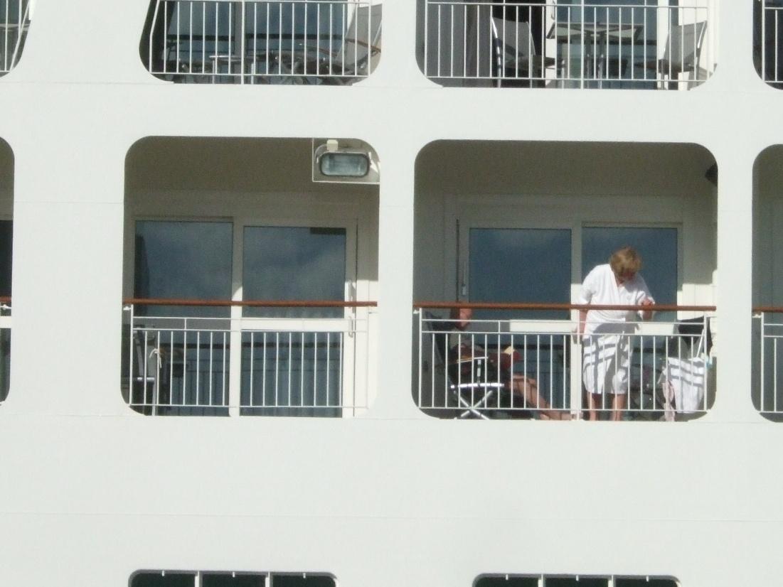 1099) 小樽港 「滞在型豪華クルーズ船 The World」_f0126829_11103943.jpg