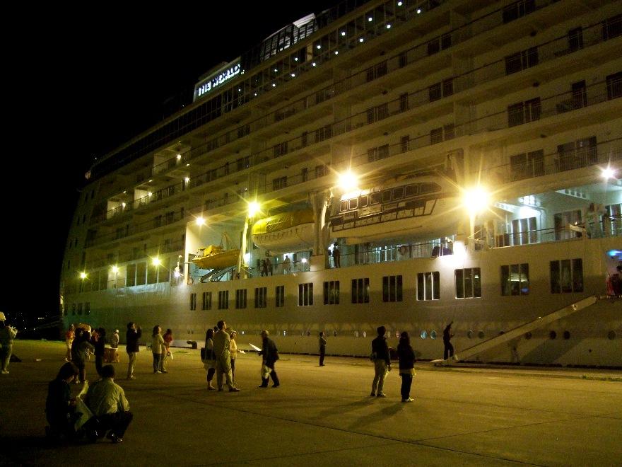 1099) 小樽港 「滞在型豪華クルーズ船 The World」_f0126829_11425554.jpg