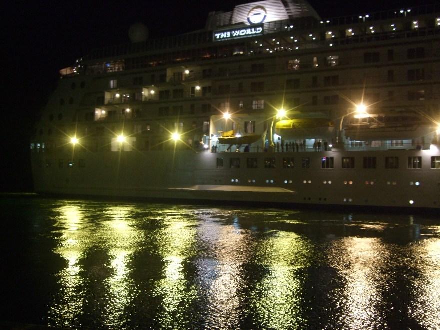 1099) 小樽港 「滞在型豪華クルーズ船 The World」_f0126829_124038.jpg