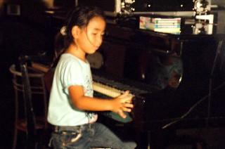 孫がピアノで遊んでいます_e0166355_17304697.jpg