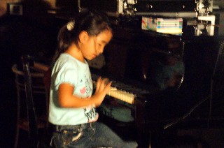 孫がピアノで遊んでいます_e0166355_17305873.jpg