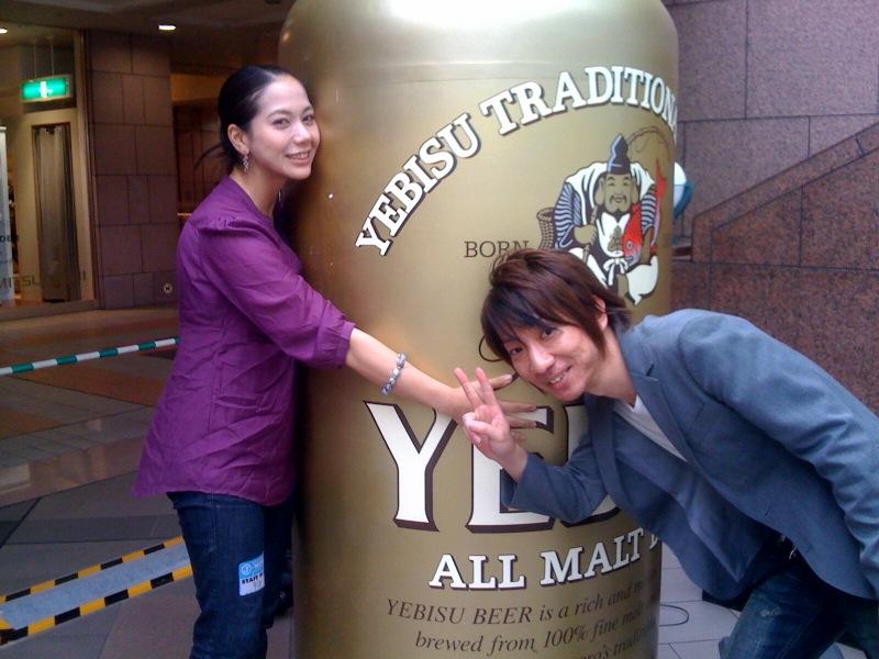 オープニングを務めるBeの浜崎君とカシャ!美味しいビール&おつまみたくさんありますよー!_c0196050_15281149.jpg
