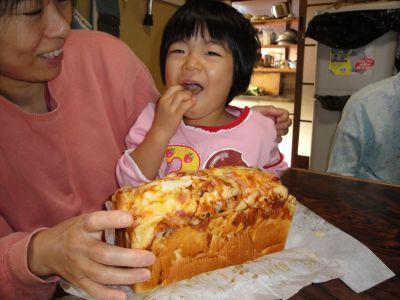 手作りパンにかぶりつきのマコちゃん!_e0166301_1553215.jpg