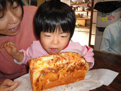 手作りパンにかぶりつきのマコちゃん!_e0166301_1555684.jpg