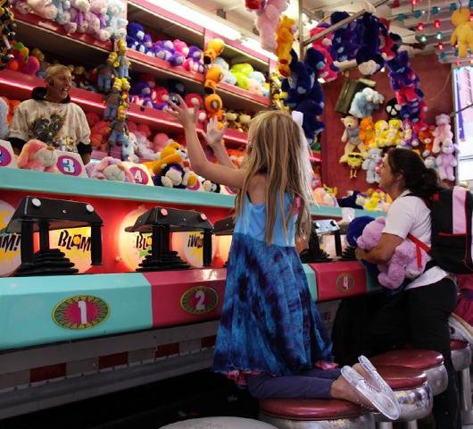 NYではチビッコに人気のお祭りに出てる射的ゲームの屋台_b0007805_12285391.jpg