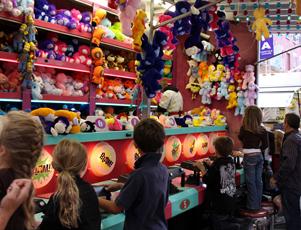 NYではチビッコに人気のお祭りに出てる射的ゲームの屋台_b0007805_12472557.jpg