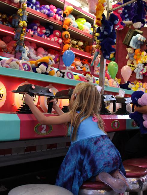 NYではチビッコに人気のお祭りに出てる射的ゲームの屋台_b0007805_12481049.jpg