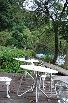 湖畔の森に囲まれた外観_c0124100_15105455.jpg