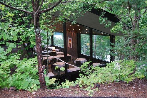 湖畔の森に囲まれた外観_c0124100_1593581.jpg