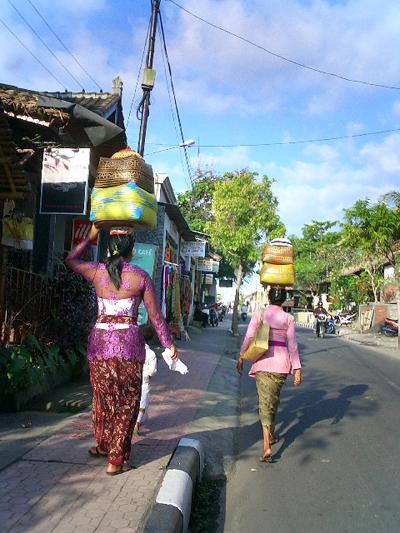 買い付けの旅 -バリの女性とカゴ-_a0043747_12555140.jpg