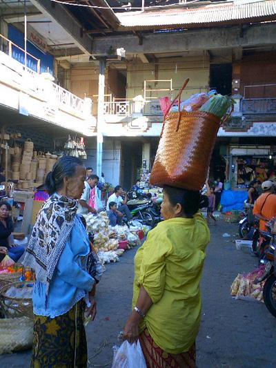 買い付けの旅 -バリの女性とカゴ-_a0043747_12563519.jpg