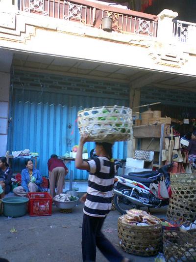 買い付けの旅 -バリの女性とカゴ-_a0043747_12564726.jpg