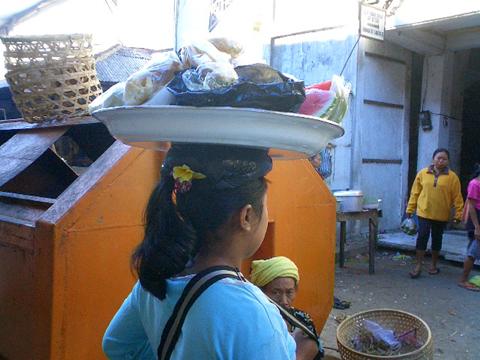 買い付けの旅 -バリの女性とカゴ-_a0043747_12565946.jpg