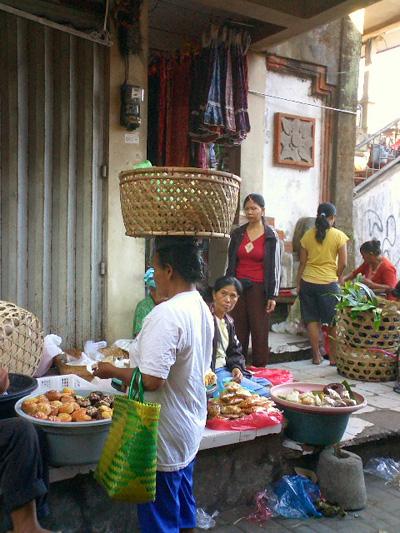 買い付けの旅 -バリの女性とカゴ-_a0043747_12571117.jpg