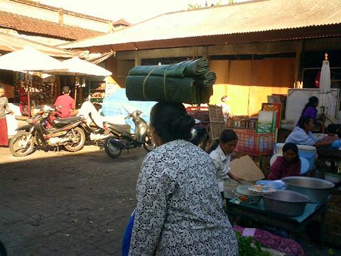 買い付けの旅 -バリの女性とカゴ-_a0043747_12572387.jpg