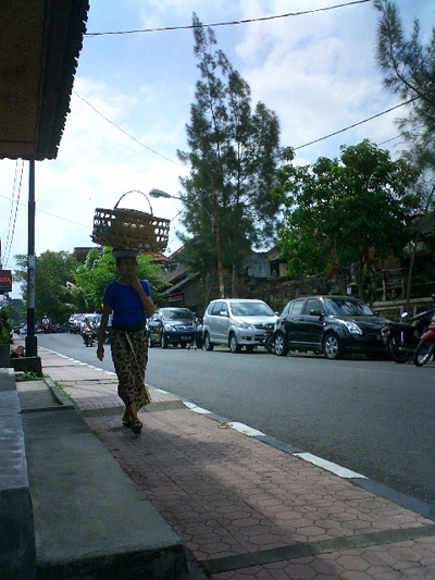 買い付けの旅 -バリの女性とカゴ-_a0043747_12574823.jpg
