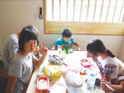 夏休みの楽しいひとときお弁当タイム。_c0214657_1651383.jpg