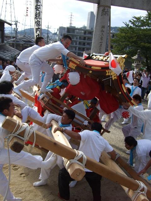 坂八幡宮 秋祭 本祭り その2 荒々しい頂戴奉納_b0095061_12175839.jpg