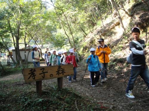 定例活動日:「多奈川小学校縦割り遠足」サポート_c0108460_20275865.jpg