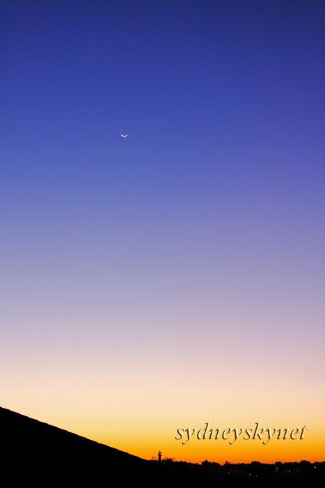 夕暮れと壊れそうな月_f0084337_18101022.jpg