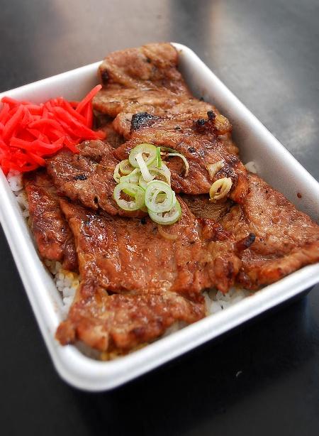 ぶーたぶーたの豚丼_c0177814_1475393.jpg
