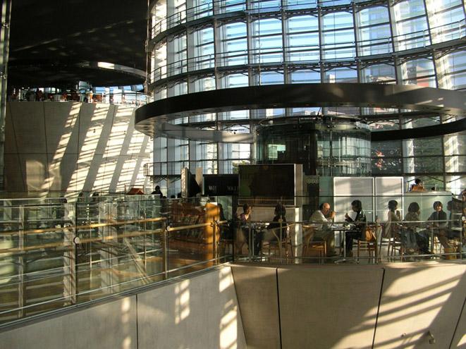 国立新美術館の空中カフェは楽しい サン・ペッレグリーノもある_e0127948_18563730.jpg