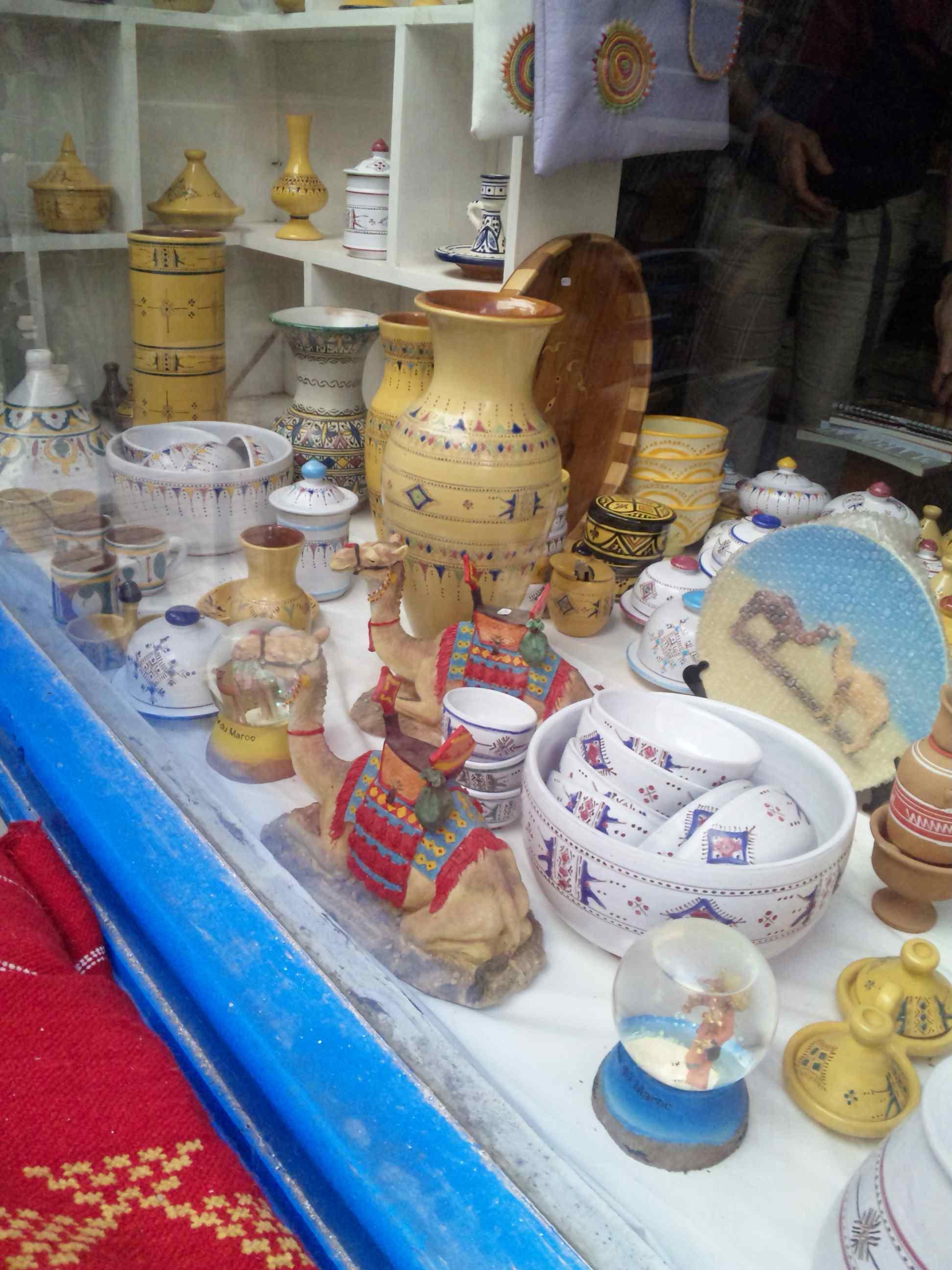 陶器やさんのウィンドウ_e0142956_232481.jpg