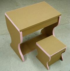 ダンボール製の学習机と椅子_e0189870_9464327.jpg