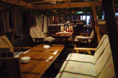 写真展会場とワンOKのレストラン席です_d0102523_1848297.jpg