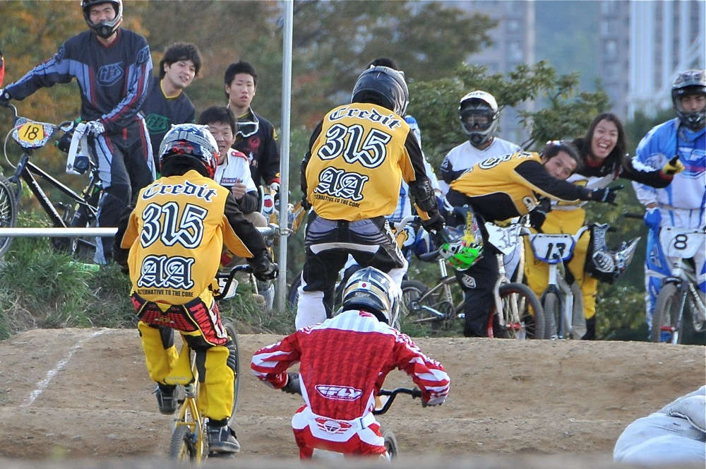 2009JBMXFジャパンシリーズ第4戦緑山VOL8:ボーイズ13−14、15−16才クラス決勝_b0065730_16281686.jpg