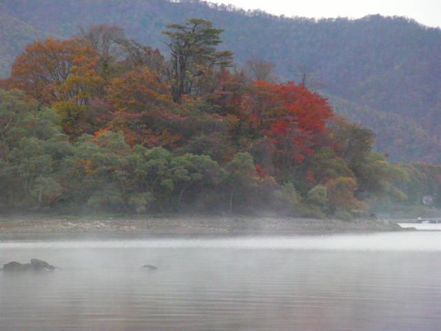 朝靄の檜原湖。_c0141989_1485790.jpg