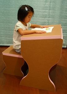 ダンボール製の学習机と椅子_e0189870_10175079.jpg