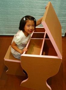 ダンボール製の学習机と椅子_e0189870_1021943.jpg
