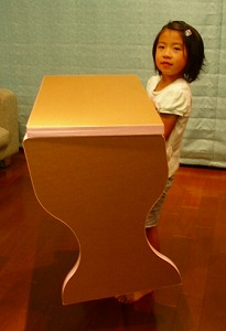 ダンボール製の学習机と椅子_e0189870_10251280.jpg