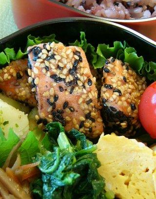 鮭の漬け ごままぶし焼き ☆今日のお弁当♪_c0139375_1471663.jpg