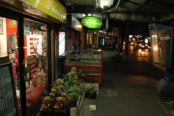 夜のバンコク散歩_b0131470_9544657.jpg