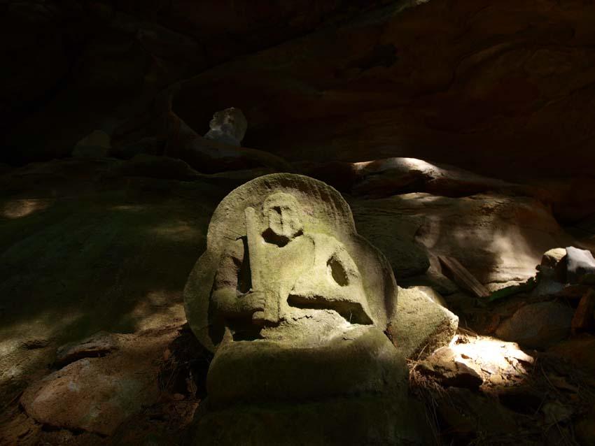 崖に祀られた石神     長野県・修那羅山_d0149245_2211391.jpg