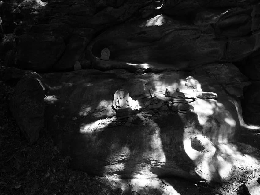 崖に祀られた石神     長野県・修那羅山_d0149245_226599.jpg