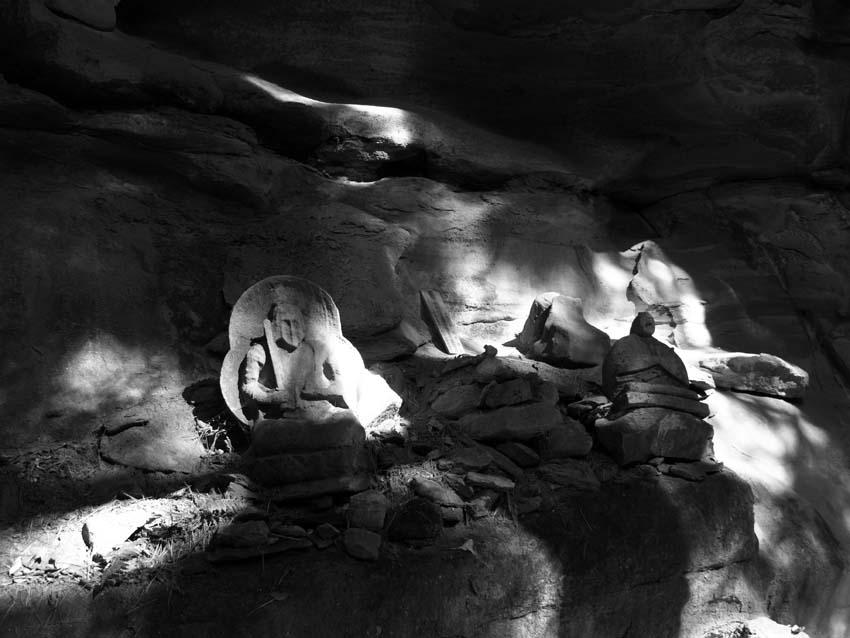 崖に祀られた石神     長野県・修那羅山_d0149245_2271440.jpg