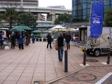 公共の場ってなんだろう。ポートサイド地区の「濱の市」休止をめぐって_e0149596_10501155.jpg