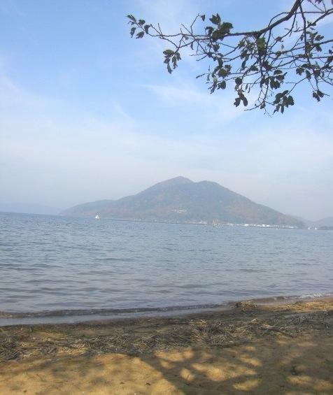 湖と土壁_b0181015_22444982.jpg